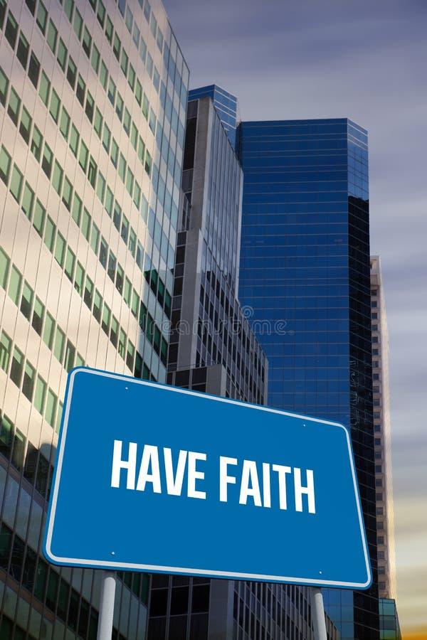 Ayez la foi contre la vue d'angle faible des gratte-ciel photographie stock libre de droits