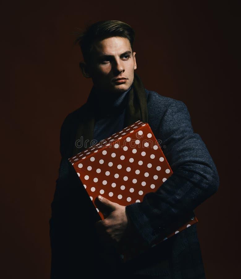 Ayez un beau jour Homme dans le style de vintage avec le boîte-cadeau Macho avec le présent photographie stock libre de droits