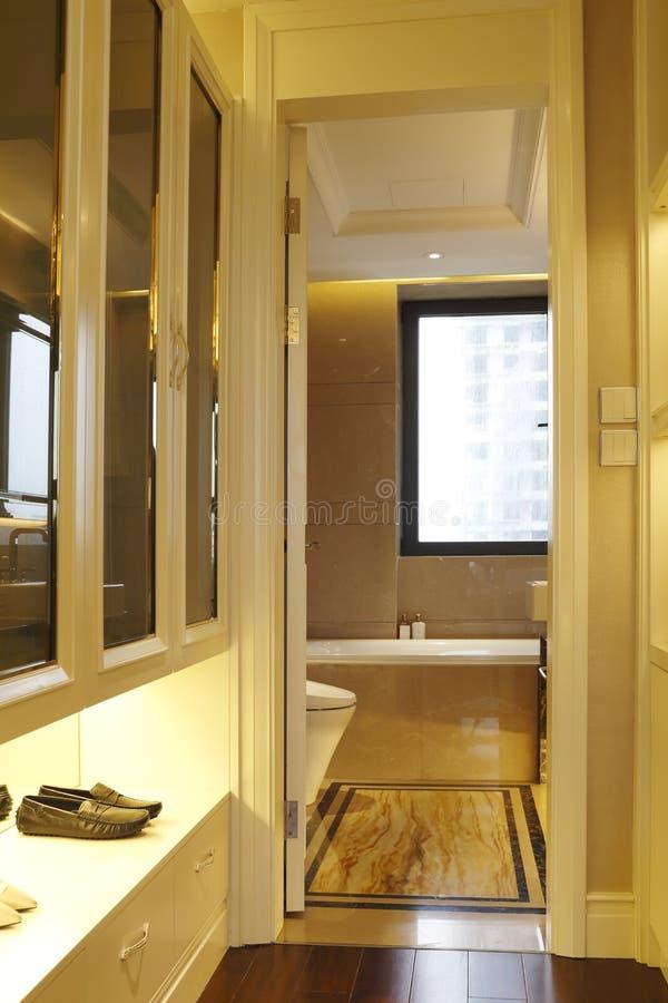 Ayez une garde-robe entre la chambre à coucher et la salle de bains image libre de droits