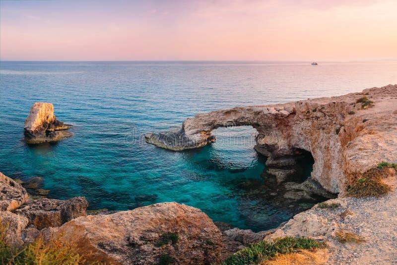 Ayia Napa在地中海的爱桥梁日落的,塞浦路斯l 免版税库存图片