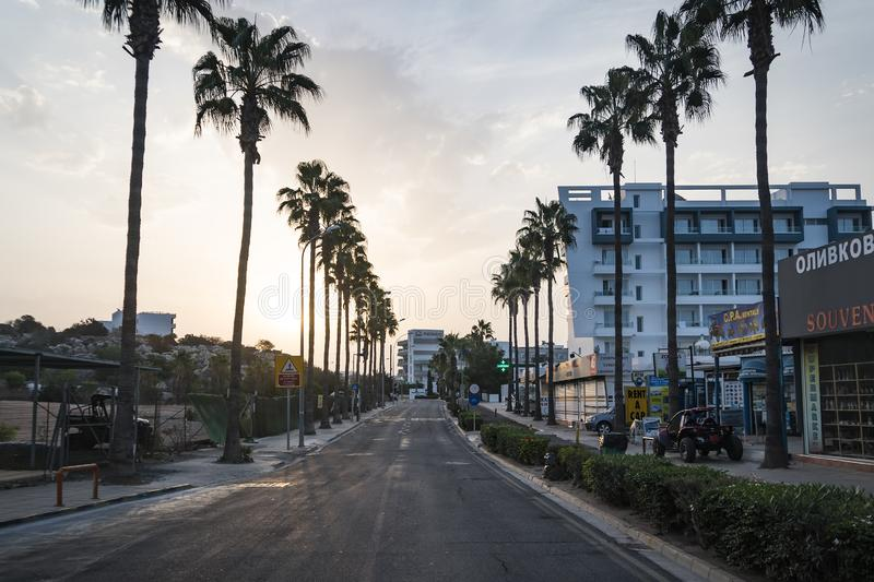 Ayia Napa美丽的度假胜地的离开的街道在清早 ayia早餐塞浦路斯旅馆napa seaview 塞浦路斯 免版税库存图片
