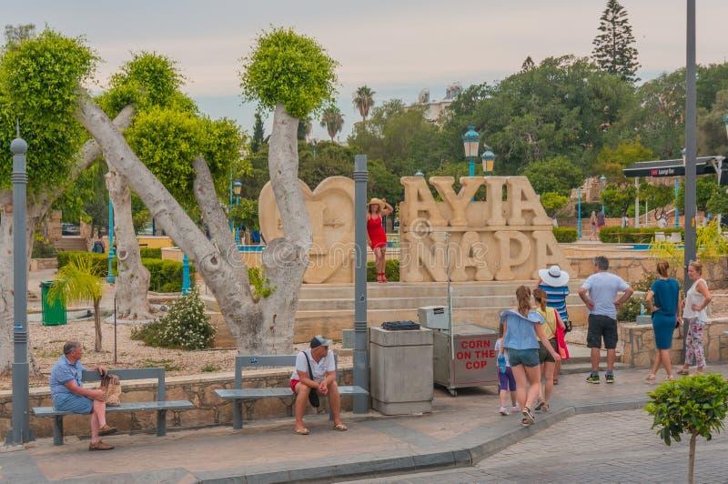 Ayia Napa,塞浦路斯- 02 02 2018年:游人被拍摄在城市的标志 多云夏日 免版税库存照片