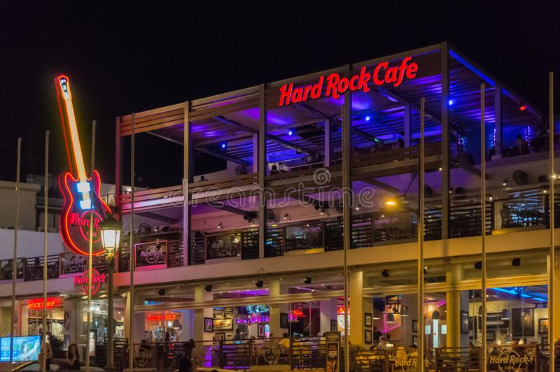 Ayia Napa,塞浦路斯- 08 06 2018年:硬石餐厅在晚上 度假胜地的夜生活场面 图库摄影