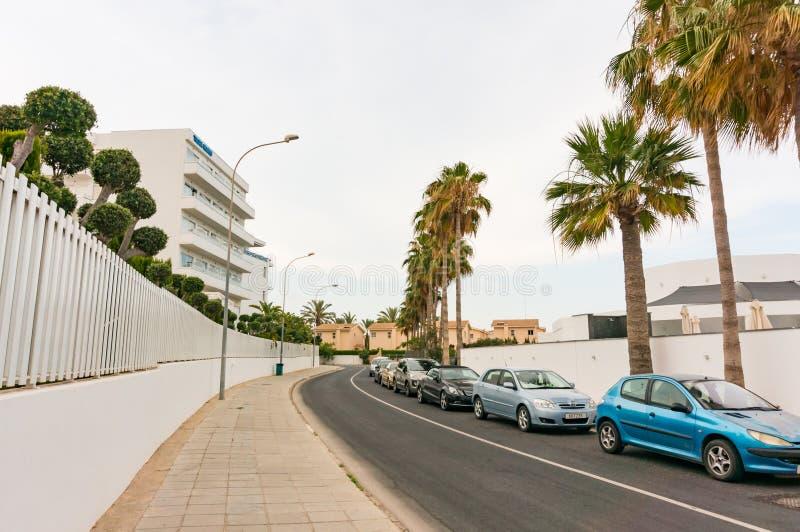 Ayia Napa,塞浦路斯- 2018年6月2日:在一度假胜地的街道上在一阴暗天 免版税库存照片