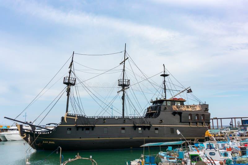 AYIA NAPA,塞浦路斯- 2018年6月02日:海盗船在Ayia Napa,塞浦路斯港的黑色珍珠  船的拷贝从电影的 库存照片