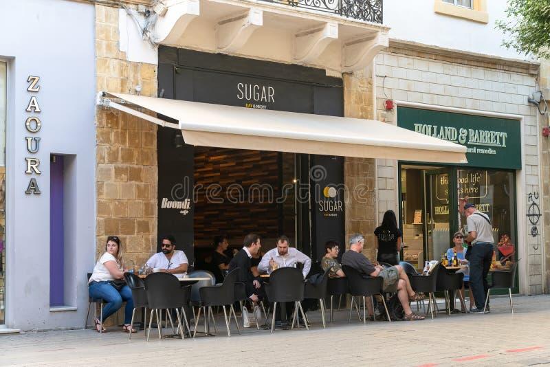 Ayia Napa,塞浦路斯- 11月4 2018? 咖啡馆的人们在步行者Ledras街道上在老镇 免版税库存图片