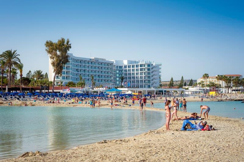 AYIA NAPA, КИПР - 21-ОЕ АПРЕЛЯ 2017: Люди ослабляя на известном пляже Nissi стоковое изображение rf