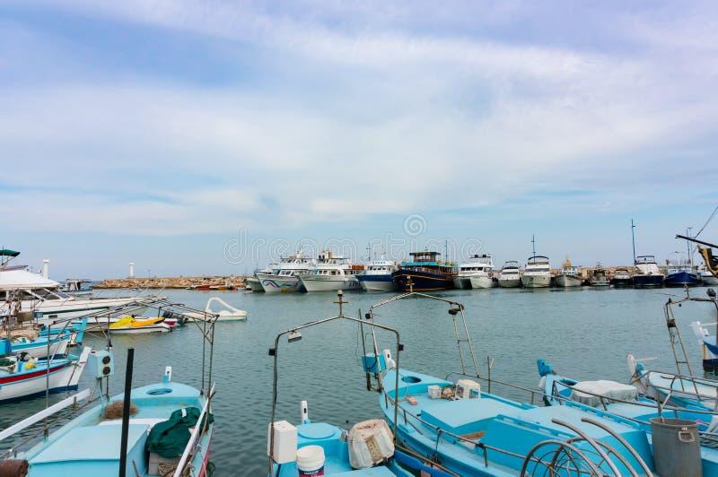 Ayia Napa, Кипр - 2-ое июня 2018: Порт Ayia Napa Порт причаливал многочисленные рыбацкие лодки, туристские шлюпки и роскошные яхт стоковые фото