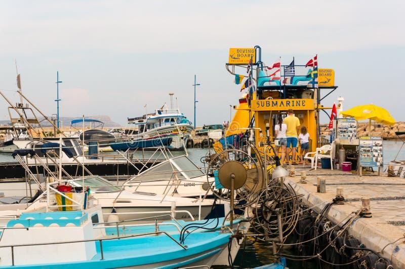 Ayia Napa, Chipre - 2 de junho de 2018: Porto de Ayia Napa Turistas na frente de um barco de mergulho No cais são os barcos difer fotos de stock royalty free