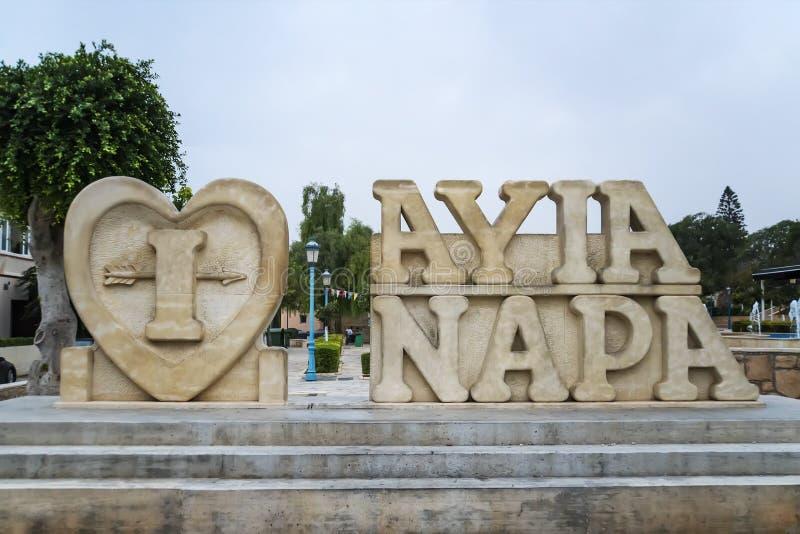 Ayia Napa, Chipre O nome da cidade feita da pedra na rua da estância turística de Ayia Napa foto de stock royalty free