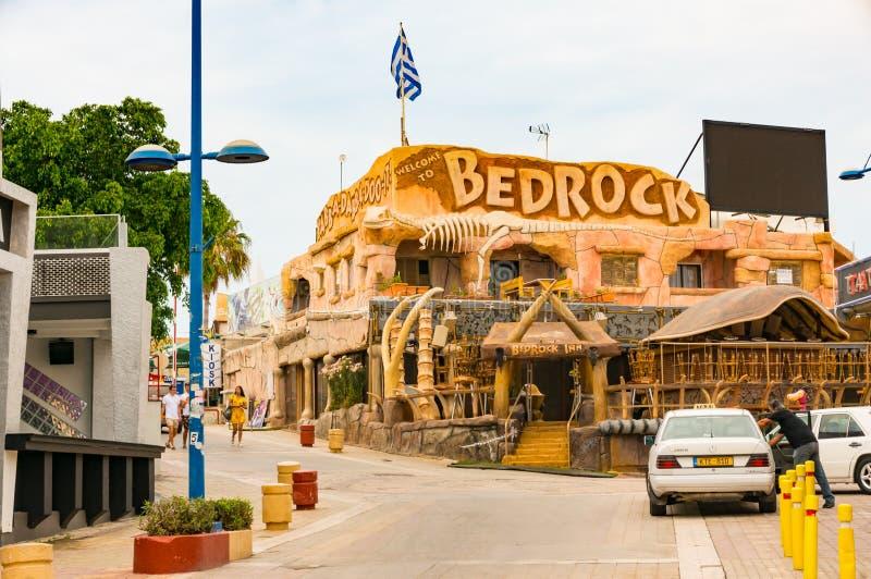 Ayia Napa, Cyprus - Juni 2, 2018: op de straat van een toevluchtstad Weergeven van het populaire BedRo?k-koffie-restaurant met ui stock fotografie
