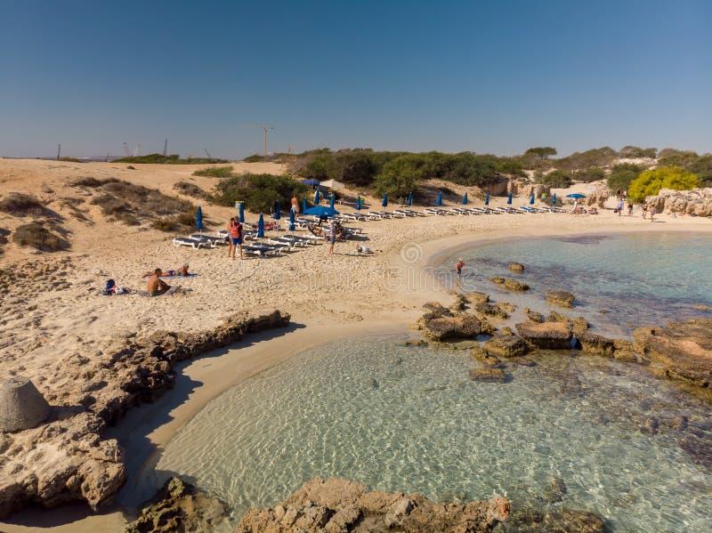 Ayia Napa, Cyprus - November 1 2018 Weergeven op het Strand en de kustlijn van Makronissos royalty-vrije stock foto's