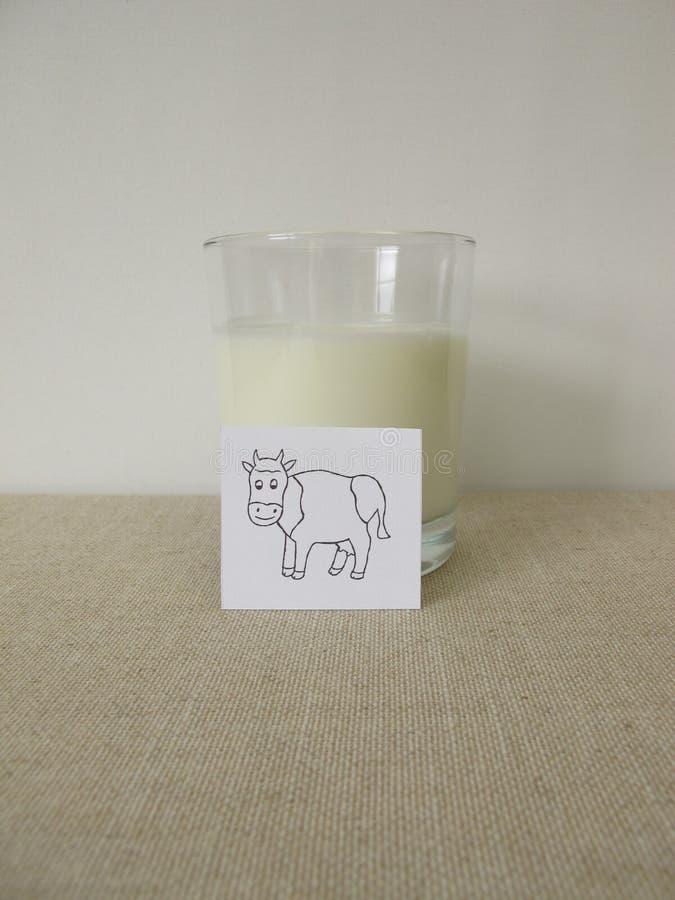 Ayran avec lait, yaourts, eau glacée et sel photos libres de droits