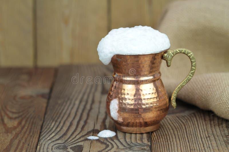 Ayran - bevanda turca tradizionale del yogurt in una tazza di rame del metallo fotografie stock libere da diritti