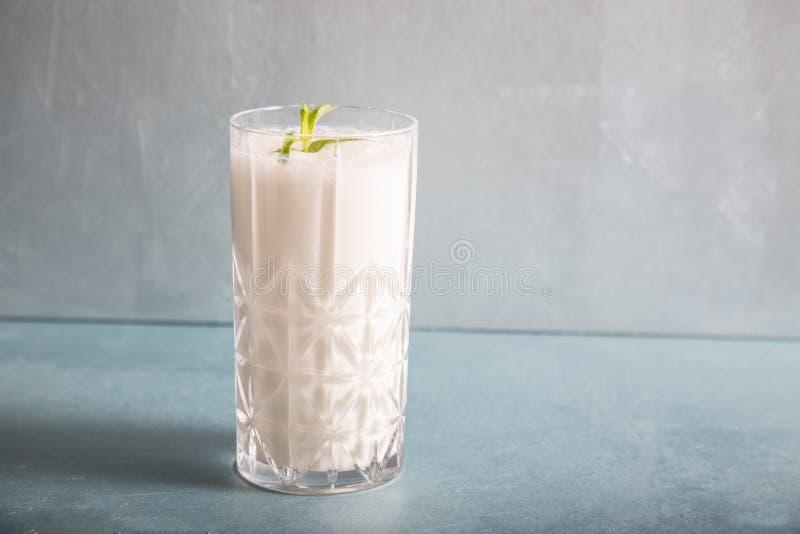Ayran - ciekły napój robić od jogurtu w ransparent szklanej filiżance zdjęcia stock