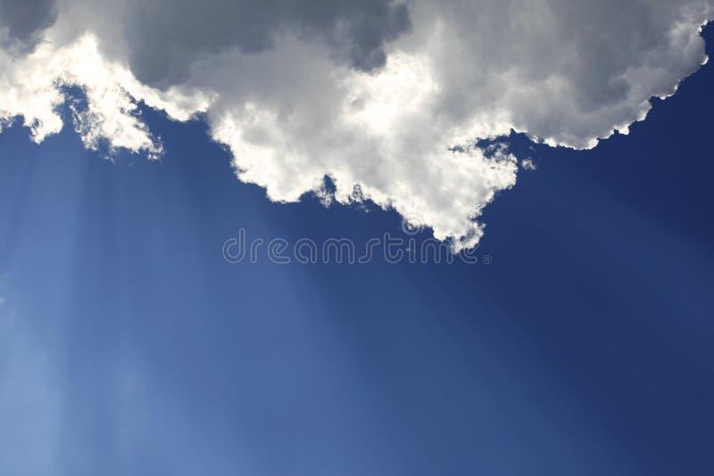 Ays van de zononderbrekingen door de wolken stock fotografie