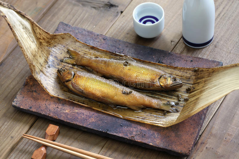 Ayu cozido a fogo brando (sweetfish) com pimenta japonesa, e causa (vinho de arroz japonês) imagens de stock