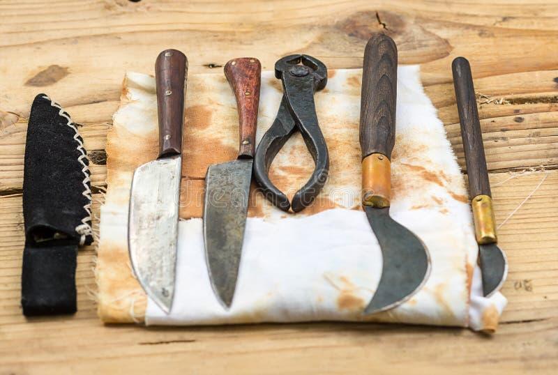 Ayuda antigua de la cirugía de la odontología de los instrumentos médicos en una tabla de madera imagenes de archivo