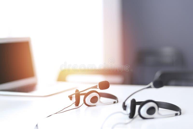 Ayuda de comunicación, centro de atención telefónica y puesto de informaciones del servicio de atención al cliente en la oficina  foto de archivo libre de regalías