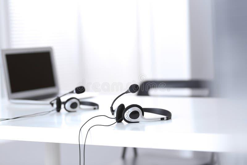 Ayuda de comunicación, centro de atención telefónica y puesto de informaciones del servicio de atención al cliente en la oficina  imagen de archivo