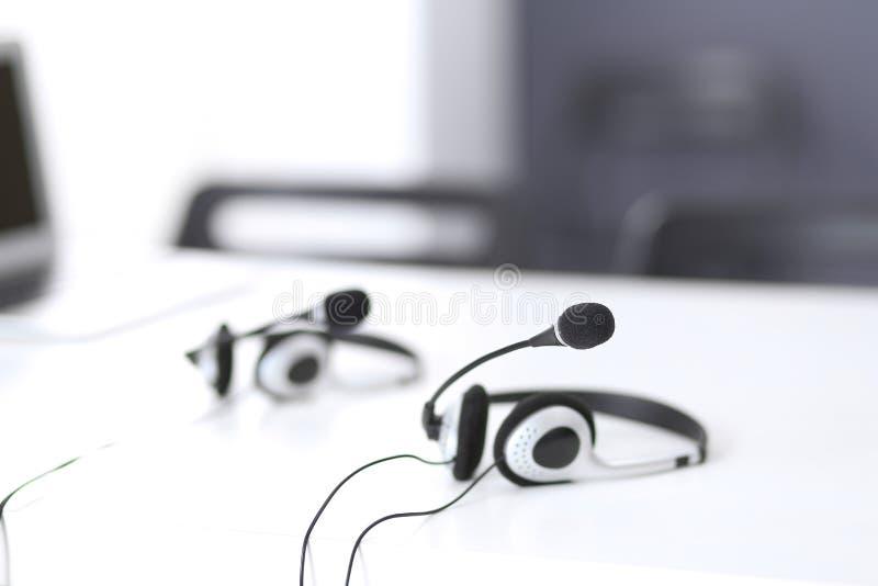 Ayuda de comunicación, centro de atención telefónica y puesto de informaciones del servicio de atención al cliente en la oficina  fotografía de archivo