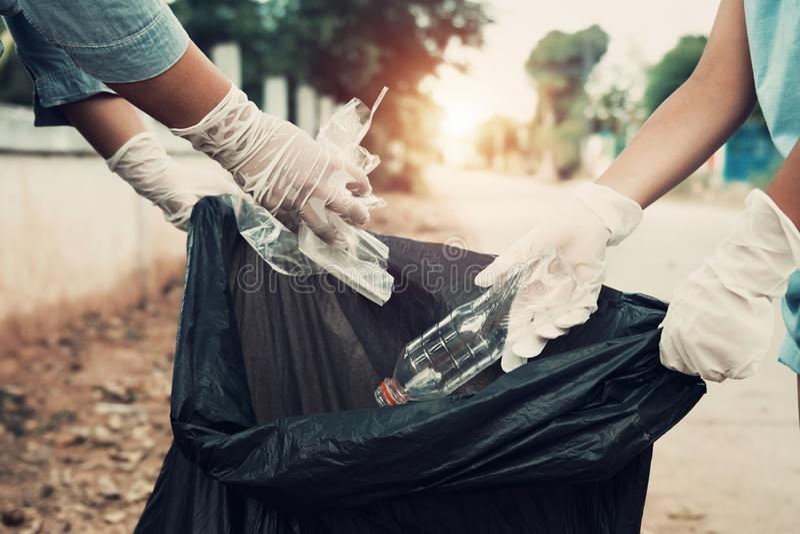 Ayuda de la madre y del niño que coge basura imagenes de archivo