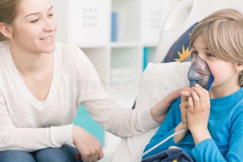 Ayuda de su pequeño paciente valiente foto de archivo libre de regalías