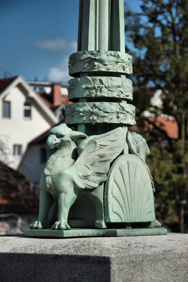 Ayuda del dragón en la lámpara de calle foto de archivo