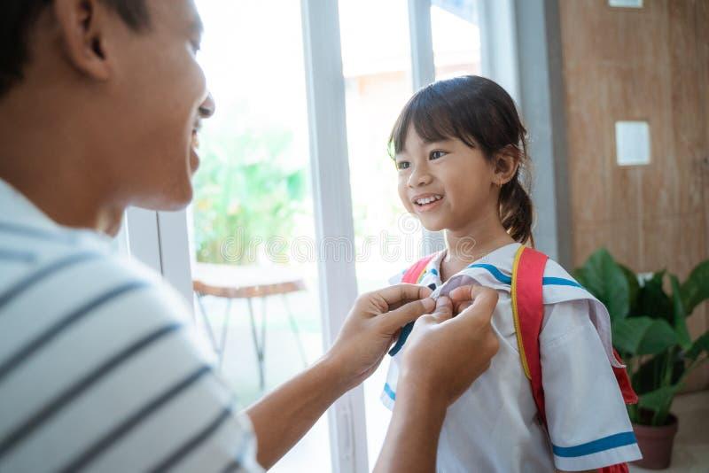 Ayuda del padre su niño del niño que se prepara para la escuela por la mañana imágenes de archivo libres de regalías