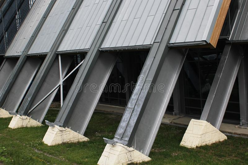Ayuda inclinada del edificio del metal en una base concreta foto de archivo