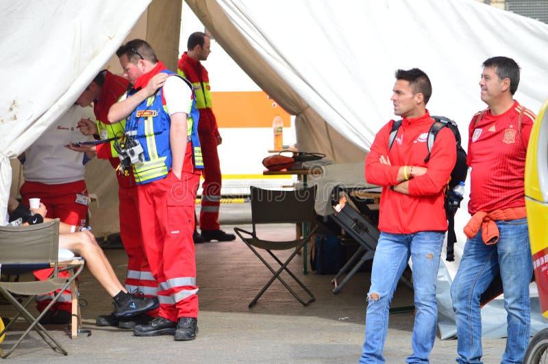 Ayuda médica en la tienda, Berlín 2015 fotos de archivo