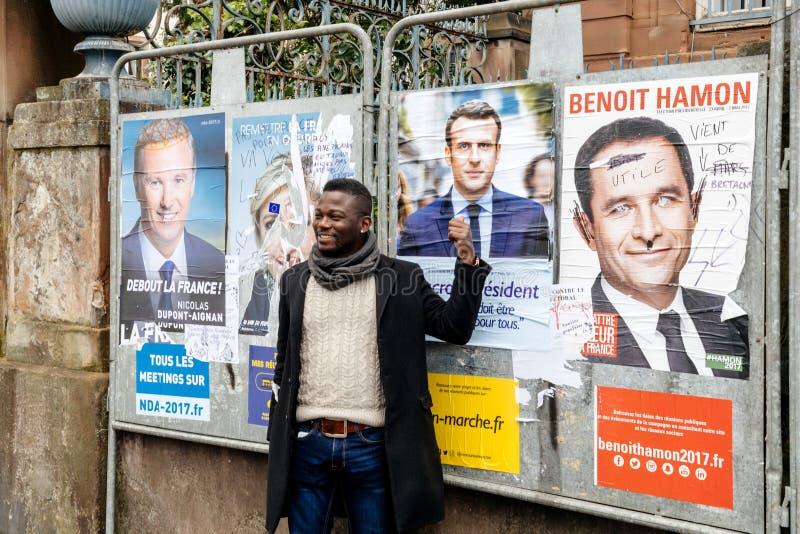 Ayuda negra de la demostración del hombre de la pertenencia étnica a Emmanuel Macron imagen de archivo