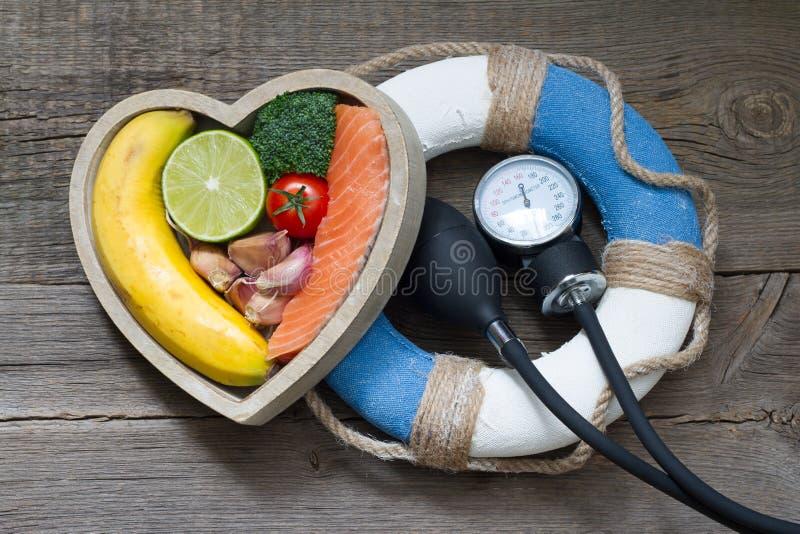 Ayuda para el concepto de la comida de la dieta de la salud del extracto del corazón con salvavidas fotografía de archivo
