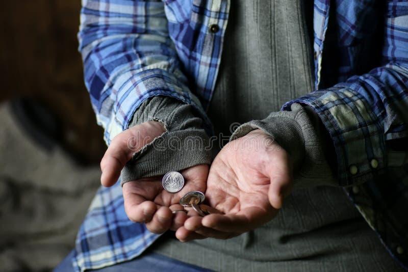 Ayuda sin hogar de la mano del hombre imagen de archivo libre de regalías