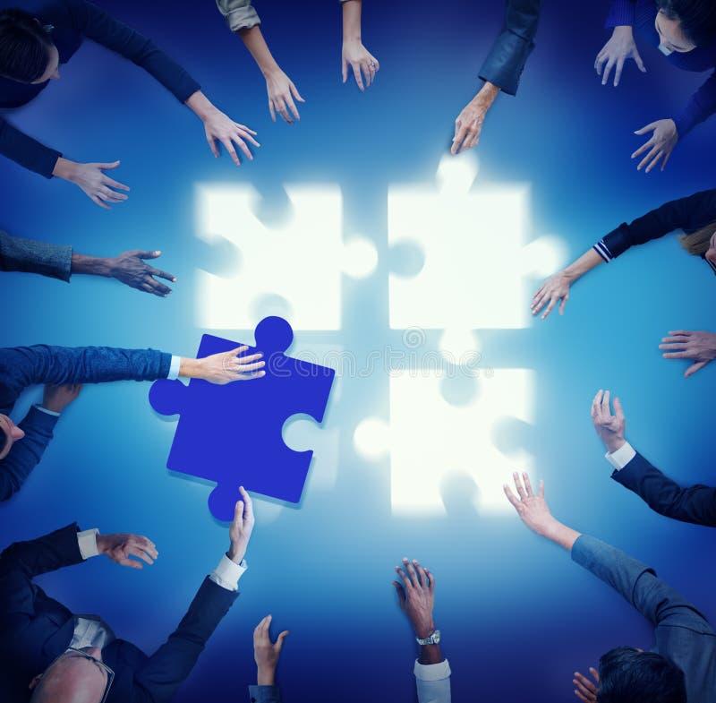 Ayuda Team Coopeartion Togetherness Unity Concep del rompecabezas imagen de archivo