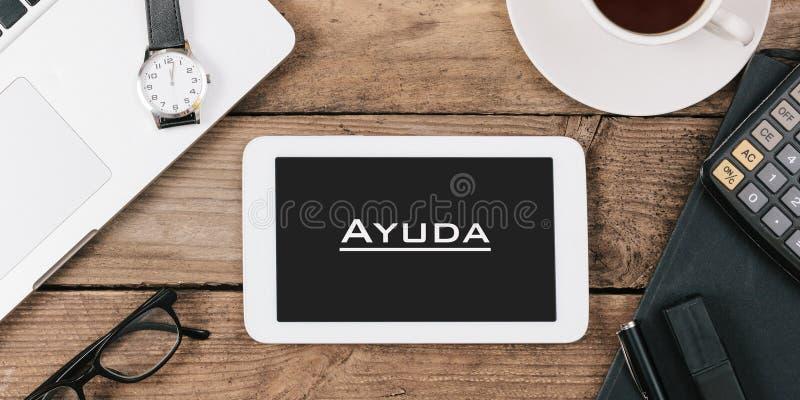 Ayuda, texto espanhol para a ajuda na tela do tablet pc em fora imagem de stock