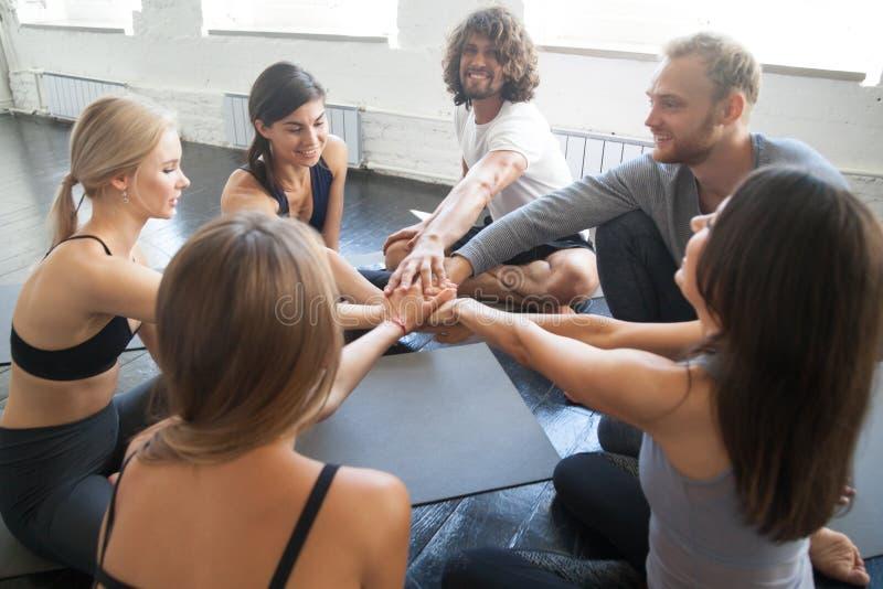 Ayuda y lección teambuilding de la yoga del ejercicio del equipo foto de archivo