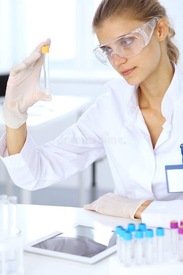Ayudante científico femenino del investigador o del análisis de sangre en laboratorio Concepto de la medicina imagen de archivo