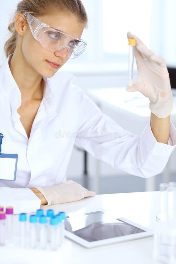 Ayudante científico femenino del investigador o del análisis de sangre en laboratorio Concepto de la medicina fotos de archivo libres de regalías