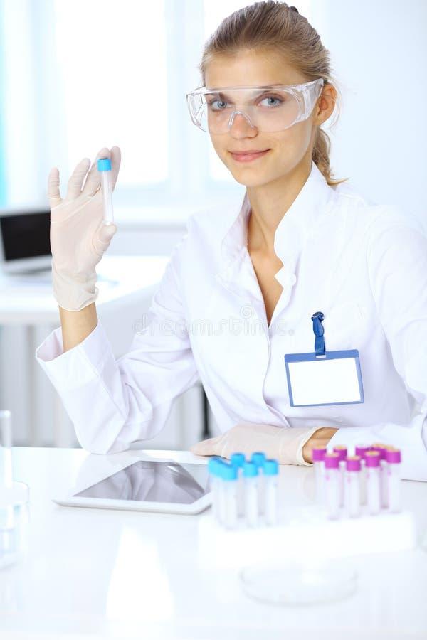 Ayudante científico femenino del investigador o del análisis de sangre en laboratorio Concepto de la medicina foto de archivo