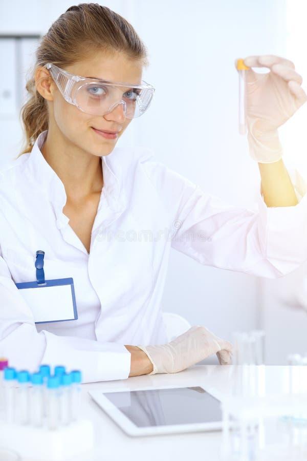 Ayudante científico femenino del investigador o del análisis de sangre en laboratorio Concepto de la medicina imágenes de archivo libres de regalías