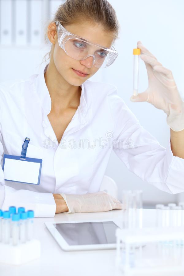 Ayudante científico femenino del investigador o del análisis de sangre en laboratorio Concepto de la medicina fotografía de archivo libre de regalías