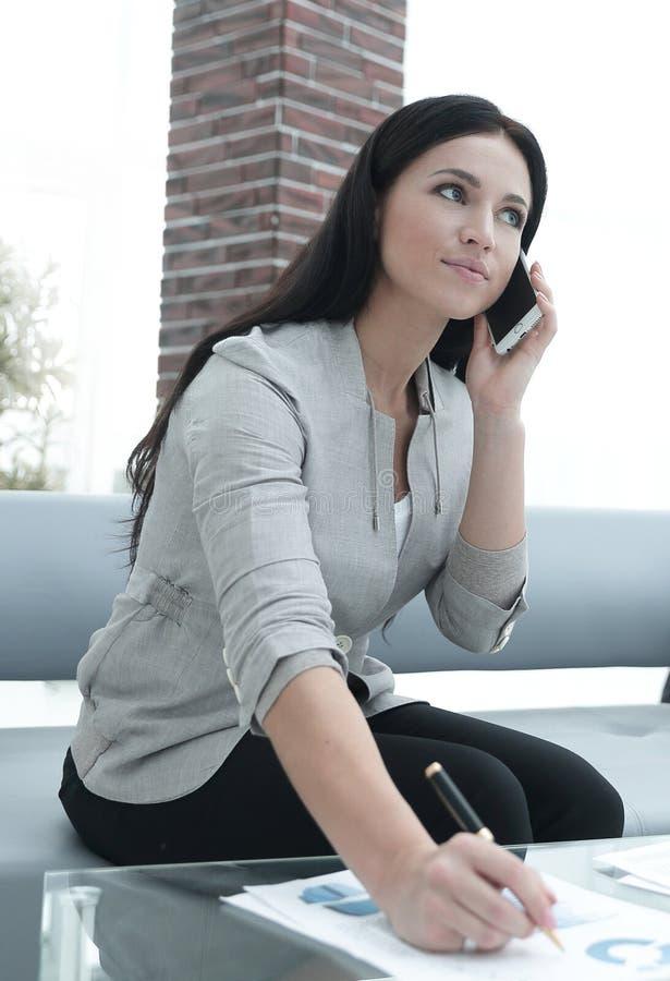 Download Ayudante De La Mujer En El Lugar De Trabajo En La Oficina Imagen de archivo - Imagen de comunicación, cellphone: 100535109