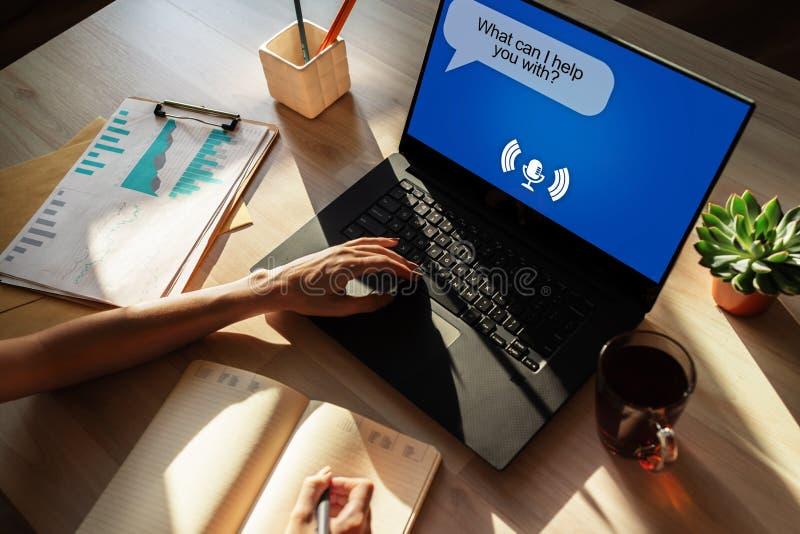 Ayudante de la voz en la pantalla del dispositivo Tecnología de Internet y concepto de comercialización digital foto de archivo