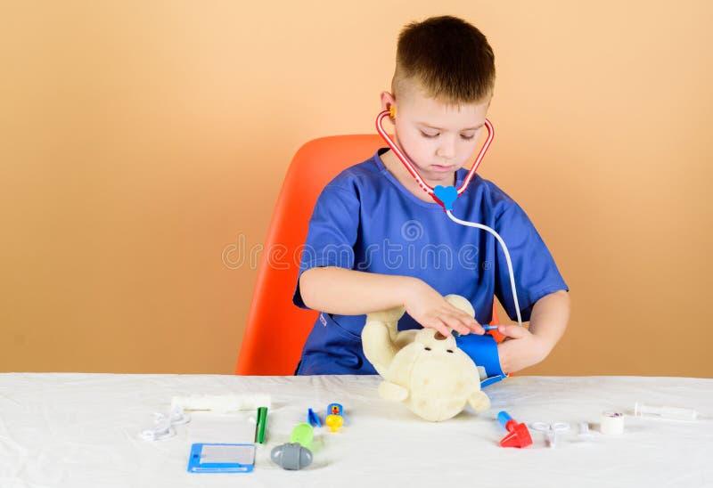 ayudante de laboratorio de la enfermera M?dico de cabecera Prescripci?n del tratamiento doctor del ni?o con el estetoscopio Hospi fotos de archivo libres de regalías