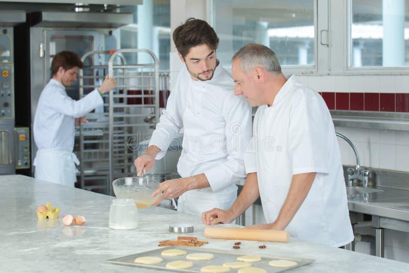Ayudante de observación del principal cocinero que adorna el plato fotos de archivo libres de regalías