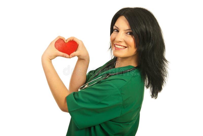 Ayudante de sanidad feliz con dimensión de una variable del corazón imagen de archivo
