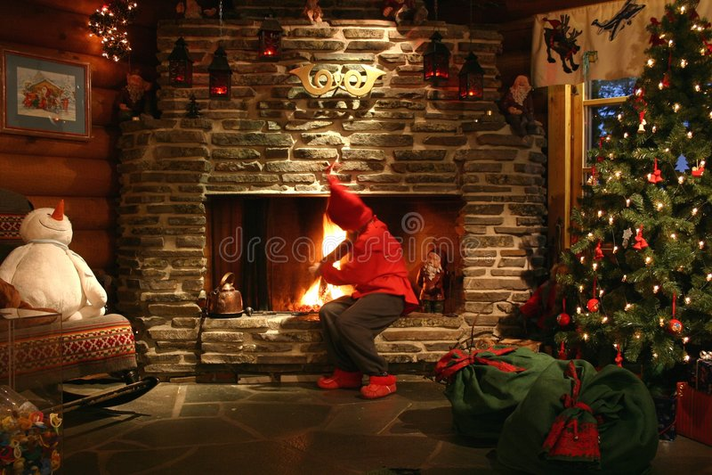 Ayudante de Santa que hace el fuego foto de archivo libre de regalías