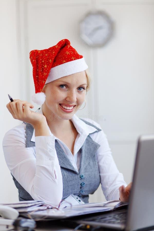 Ayudante de Santa que trabaja en oficina fotos de archivo libres de regalías
