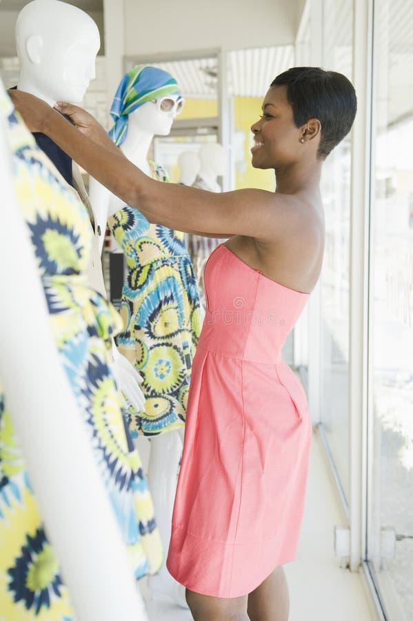 Ayudante de tienda femenino Dresses Mannequin imágenes de archivo libres de regalías